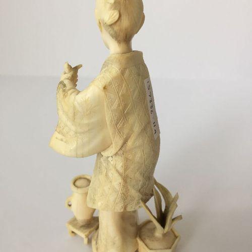 Quatre okimono japonais en ivoire de la période Meiji, comprenant un jeune garço…