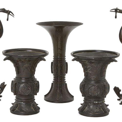 Cinq bronzes japonais, période Meiji, comprenant une paire de porte encens en fo…