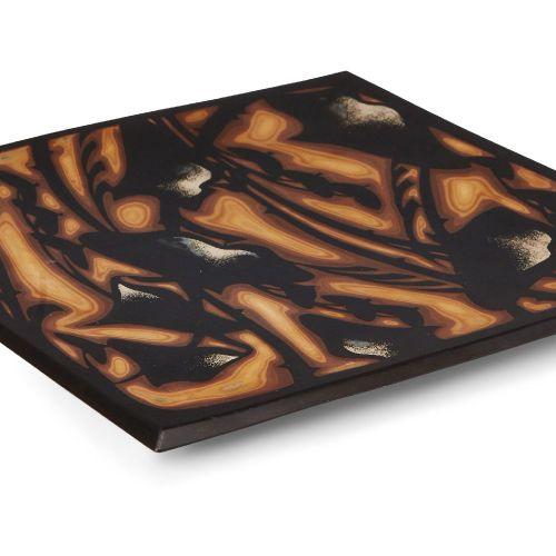 Une assiette carrée en laque japonaise, 20e siècle, décorée de couches de laque …
