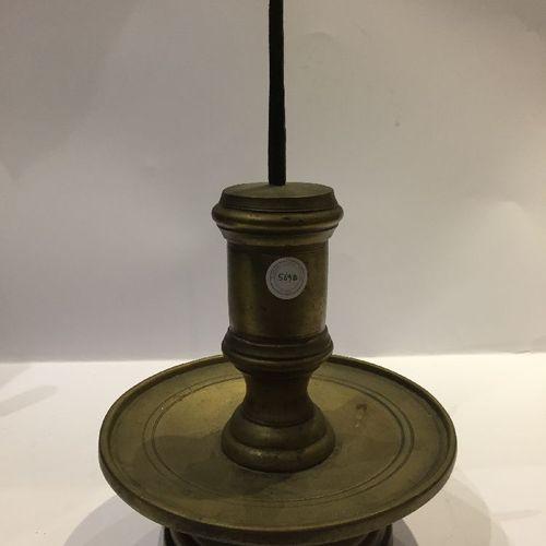 Paire de chandeliers tibétains en bronze à piquer, XVIIe/18e siècle, de forme ci…
