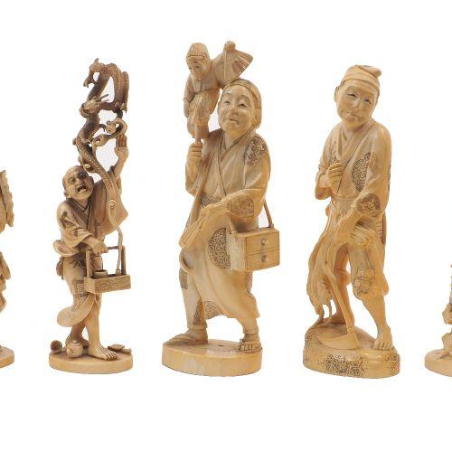 Une collection de sept okimono japonais en ivoire, période Meiji, comprenant un …