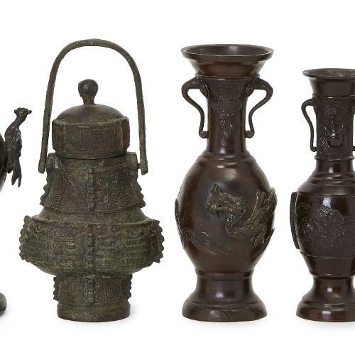 Groupe de cinq récipients japonais en bronze, période Meiji, comprenant une pair…