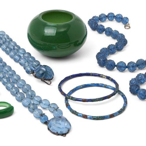 Un collier de perles en verre bleu de Pékin, début du 20e siècle, avec un fermoi…
