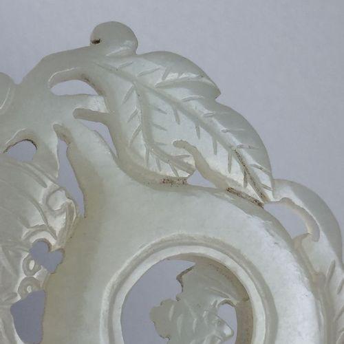 """Pendentif """"gourde"""" en jade blanc chinois, 18e/19e siècle, sculpté comme une doub…"""