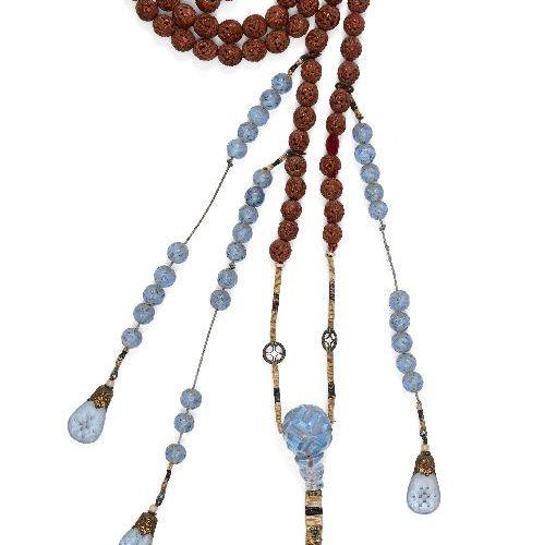 Collier en verre bleu et noyau de fruit de la cour chinoise, chaozhu, début du 2…