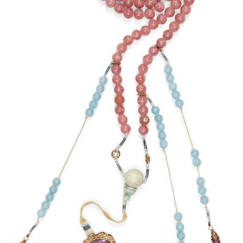 Un collier de cour chinois en quartz rose, chaozhu, fin de la période Qing, comp…