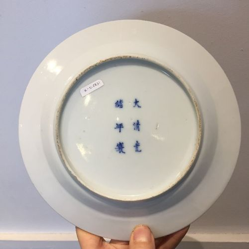 Une assiette en porcelaine chinoise, marque et période Guangxu, peinte en bleu s…
