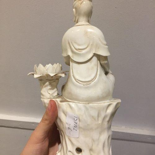 Figure de Guanyin en porcelaine blanche de Chine, fin de la dynastie Qing, moulé…