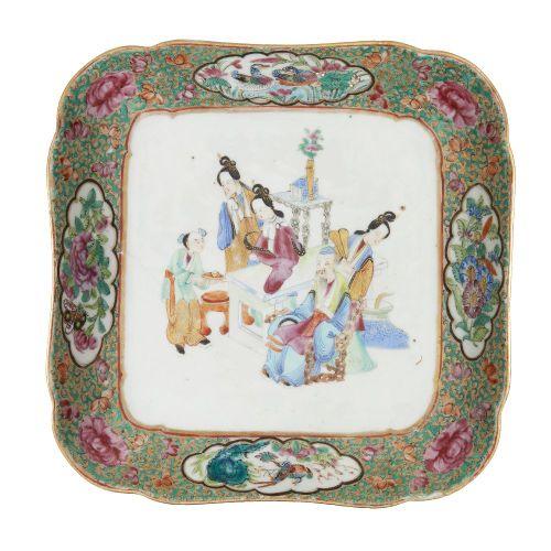 Assiette carrée en porcelaine de Canton, 19e siècle, peinte en émaux de la famil…