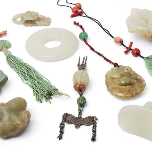 Un groupe de sculptures en jade chinois, 19ème 20ème siècle, comprenant une conq…