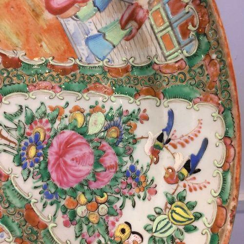 Grande assiette ovale en porcelaine de Canton, 19e siècle, peinte en émaux de la…