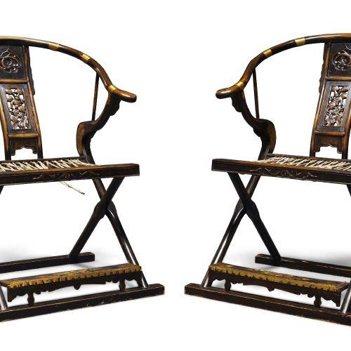 Une paire de fauteuils pliants chinois à dossier en fer à cheval, début du 20e s…