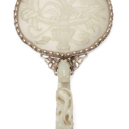 Une plaque et un crochet de ceinture chinois en jade blanc verdâtre, 18ème siècl…