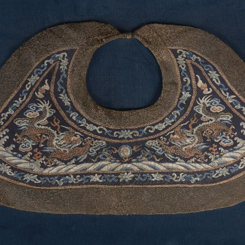 Un collier nuage en soie kesi chinois, 19ème siècle, finement décoré de deux dra…