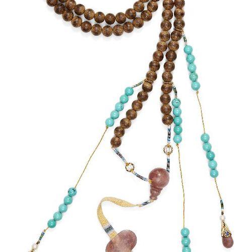 Collier chinois en bois d'aloès et quartz rose, chaozhu, 20e siècle, comprenant …