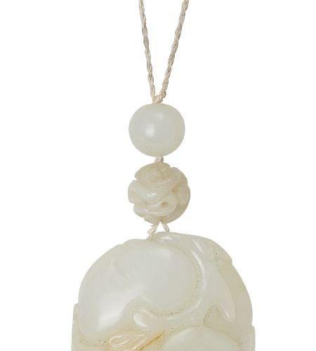 """Un pendentif chinois en jade céladon pâle """"pêches et chauves souris"""", 19ème sièc…"""