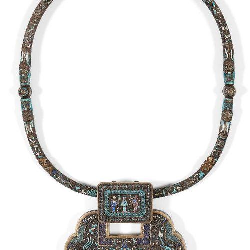 """Collier chinois en métal blanc et émail """"Fulushou"""", début du 20e siècle, décoré …"""