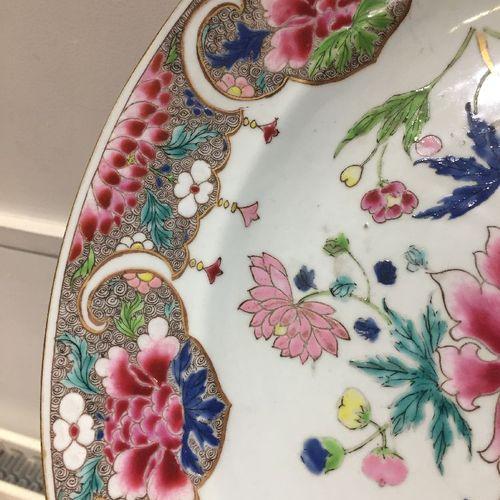 """Grand plat """"lotus"""" en porcelaine chinoise, XVIIIe siècle, peint en émaux de la f…"""