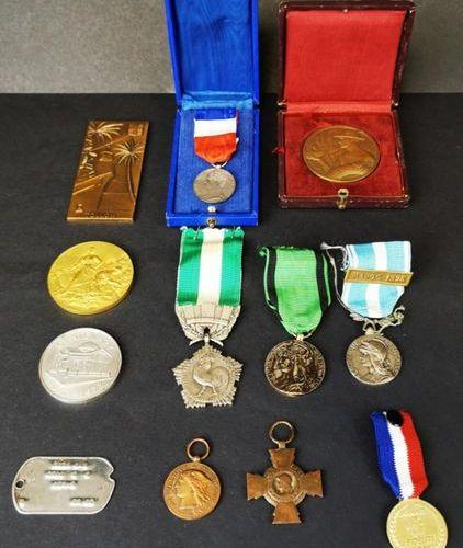 Lot de médailles civiles et militaires.