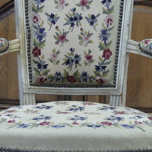 Paire de Fauteuils. Paire de fauteuils en bois mouluré sculpté à dossier médaill…