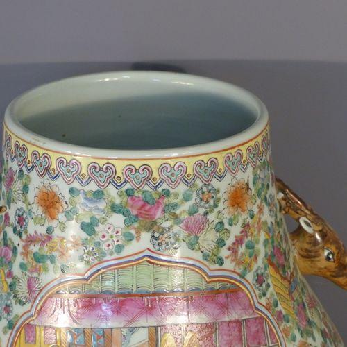 CHINE, Vase en porcelaine de Canton CHINE, XXème siècle  Vase en porcelaine de C…