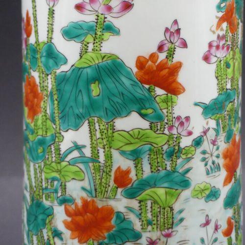 CHINE. Vase rouleaux à décors floraux CHINE. Vase rouleaux en porcelaine blanche…