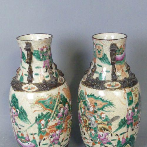CHINE Nankin. Paire de vases CHINE Nankin. Paire de vases en grès à décor de scè…