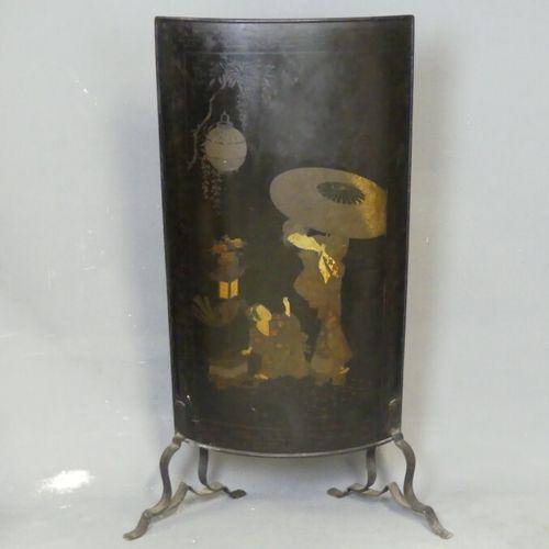 ASIE pare feu ASIE pare feu en métal polychromé sur fond noir. Hauteur : 116 cm
