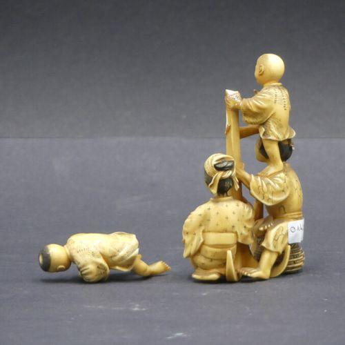 CHINE. Okimono en ivoire CHINE. Okimono en ivoire repésentant deux adultes et de…