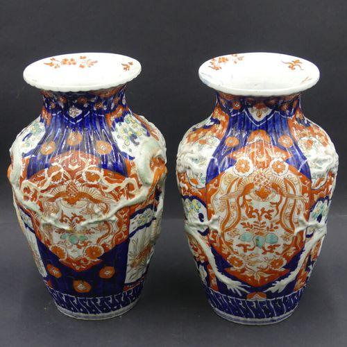 JAPON. Paire de vases JAPON. Paire de vases en porcelaine blanche à décor Imari …