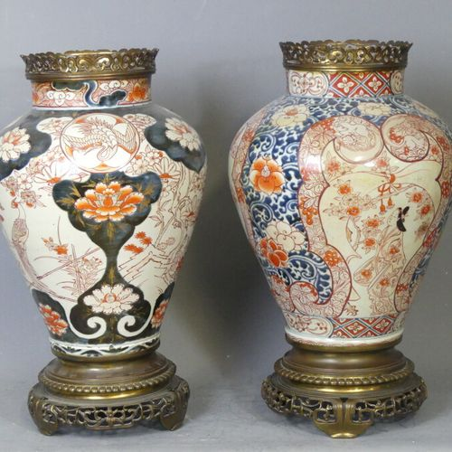 JAPON Paire de vases piriforme à décor IMARI. JAPON Paire de vases piriforme à d…