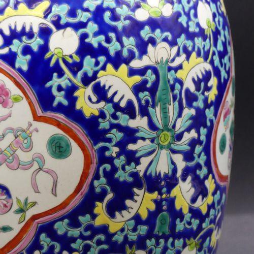 CHINE. Vase balustre porcelaine polychrome à décor en réserve sur fond bleu. CHI…