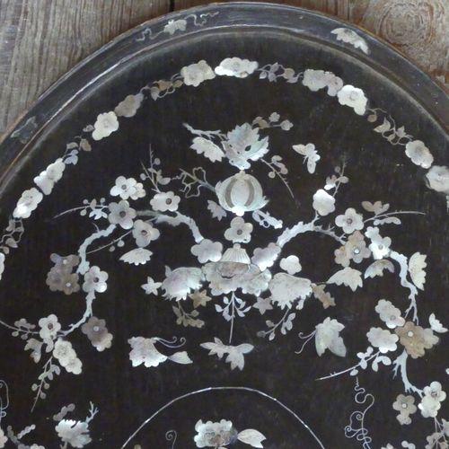 Indochine : Panneau à décor de nacres. Panneau en bois exotique, à décor de fris…