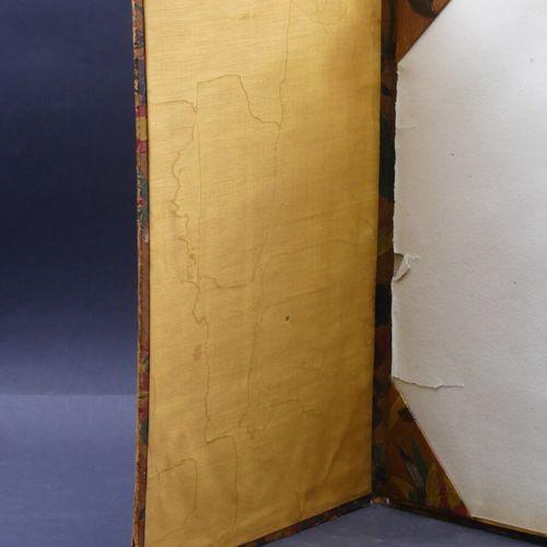 Porfolio en cuir gaufré Porfolio en cuir gaufré à décor aux chinois. Dimensions …