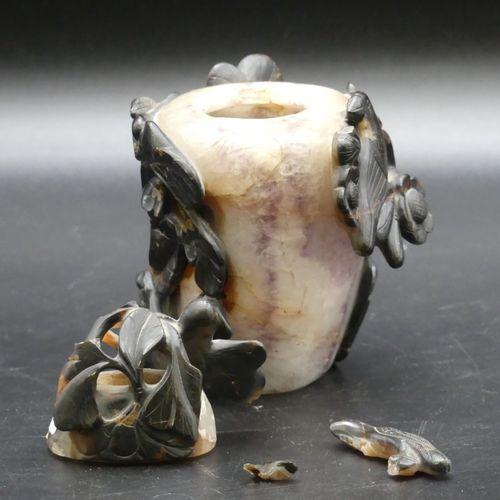 CHINE. Vase couvert en jade. CHINE. Vase couvert en pierre dure à décor ajouré d…