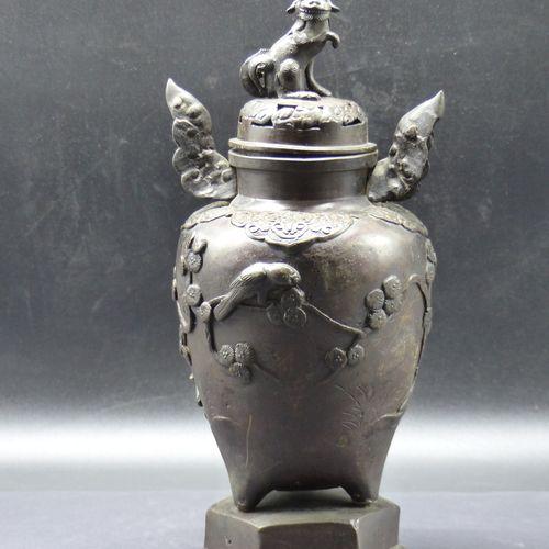 JAPON, Urne couverte en bronze à patine brune JAPON, première moitié du XXème si…