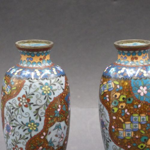 CHINE. Paire de petits vase cloisonnés CHINE. Paire de petits vase cloisonnés à …