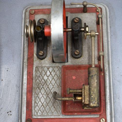 Machine à vapeur horizontale sur socle en métal peint. Machine à vapeur horizont…