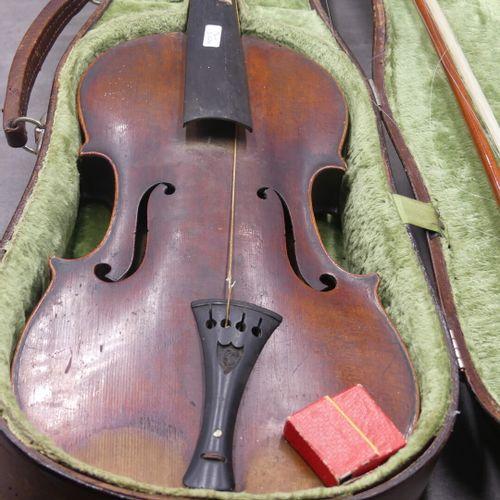 Violon Clément luthier à Besançon 1841. Un violon avec coffret, archer monté arg…