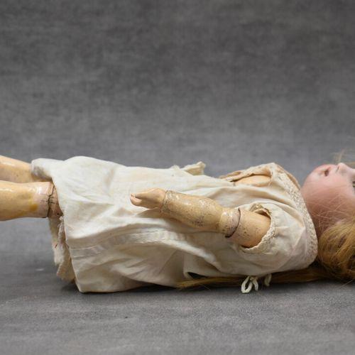 Poupée tête en porcelaine, corps en bois, membres articulés. Hauteur : 29 cm. Us…