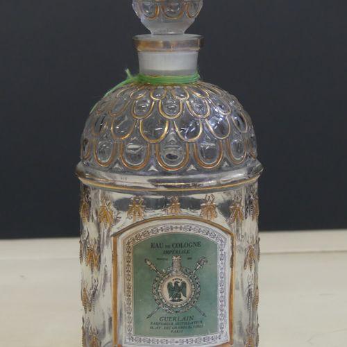 Guerlain GUERLAIN. Réunion de trois flacons factices d'eau de cologne impériale,…