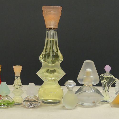 DALI DALI. Réunion d'un parfum légèrement entamé (h: 19.5cm) et huit miniatures …