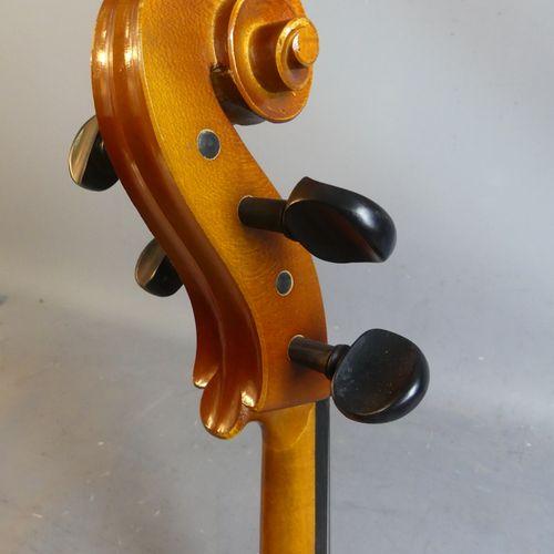Violoncelle Violoncelle moderne en bois avec son étui. Longueur : 78 cm, hauteur…