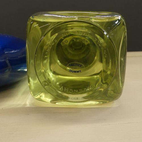 Réunion de deux flacons de parfum factice Réunion de deux flacons de parfum fact…