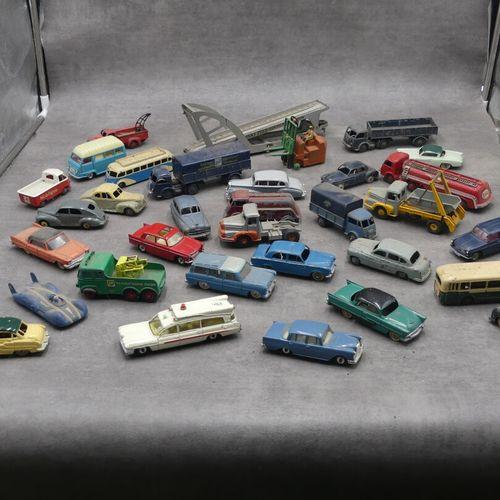Réunion de voitures miniatures principalement Dinky Toys comprenant Renault Esta…