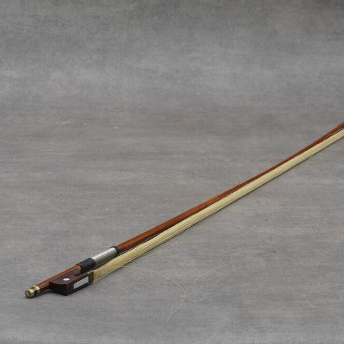 Archet en bois laqué. Longueur : 73.5 cm