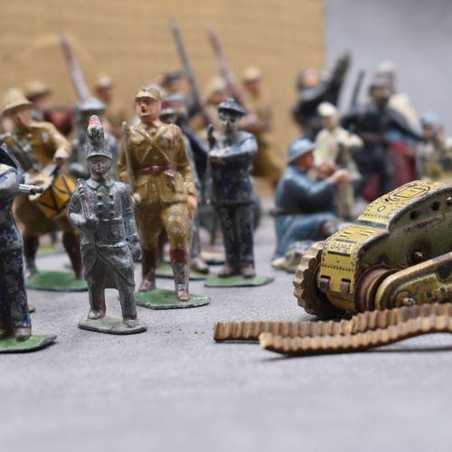 Réunion de 68 soldats de plomb, de 20 véhicules militaires et divers