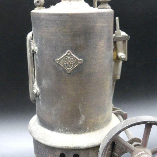 Machine à vapeur vive Machine à vapeur vive en tôle marquée GBN. Hauteur : 33 cm