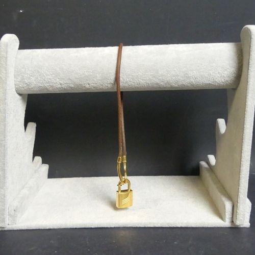 HERMÈS Collier ras le cou HERMÈS Collier ras le cou à cadenas en métal plaqué or…