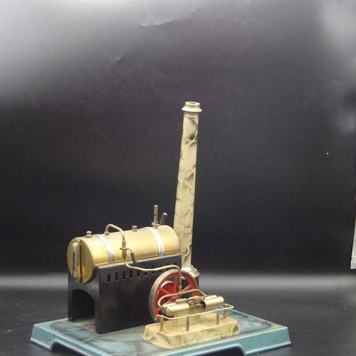 JC UNIFRANCE. Machine à vapeur horizontale sur socle en métal peint. Avec brûleu…
